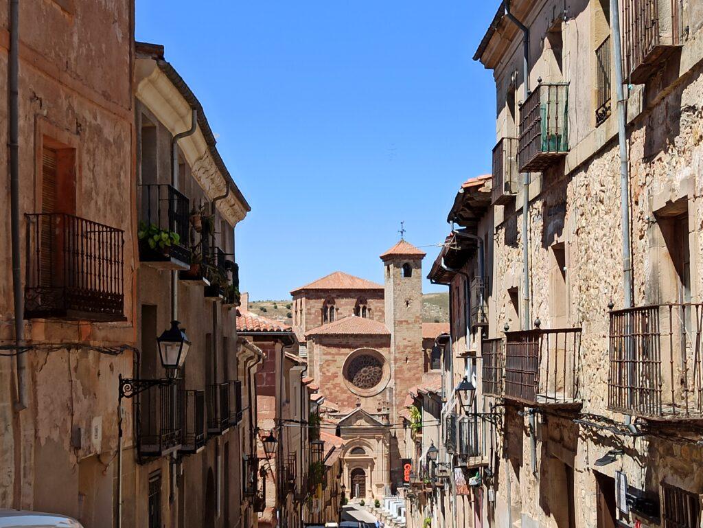 Bajada por la calle Mayor hacia la Catedral